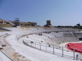 het amfitheater, deels gerestaureerd, wordt nog altijd gebruikt voor openluchtconcerten